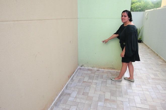 Ana teve que trocar a grama pela calçada para evitar a umidade nas paredes | Ivonaldo Alexandre/Gazeta do Povo