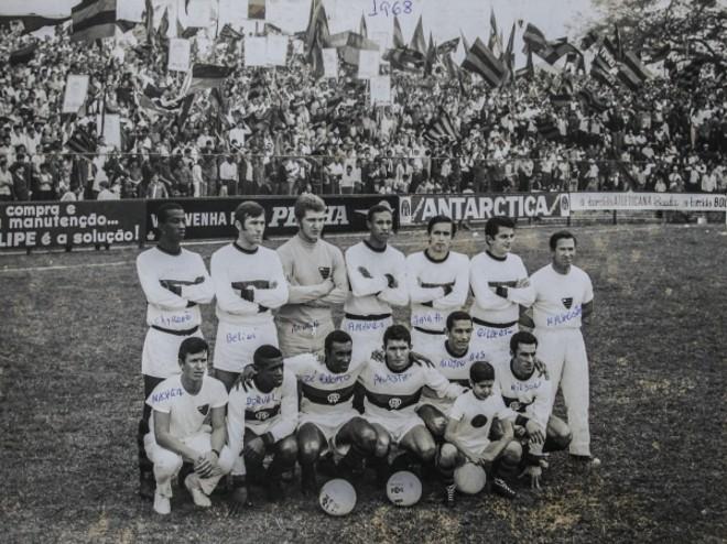 Foto do time de craques que o Atlético Paranaense montou em 1968 – tendo entre os jogadores o capitão da Copa de 1958, Bellini.