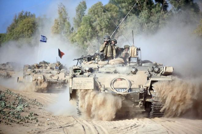 Na manhã deste domingo, tanques e artilharias israelenses bombardearam alvos ao longo da Faixa de Gaza | EFE/EPA/ABIR SULTAN