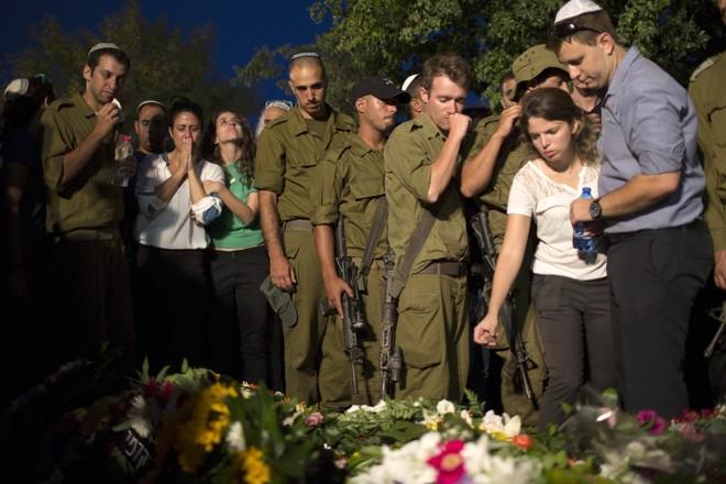 Soldados israelenses prestam homenagem ao colega Barak Refael Degorker, que morreu após ser ferido por um morteito na Faixa de Gaza | Reuters/Siegfried Modola