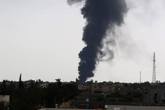 Fumaça negra gerada pelo incêndio próximo ao aeroporto de Trípoli pôde ser vista de vários pontos da capital líbia | Reuters/Hani Amara