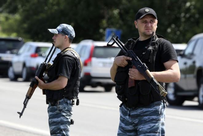 Rebeldes separatistas pró-Rússia fazem guarda nos subúrbios da cidade de Shakhtarsk, na região de Donetsk, na Ucrânia   Reuters/Sergei Karpukhin