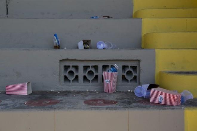 Lixo da partida de sábado do Paraná acumulado na Vila Capanema nesta terça-feira   Henry Milléo / Gazeta do Povo