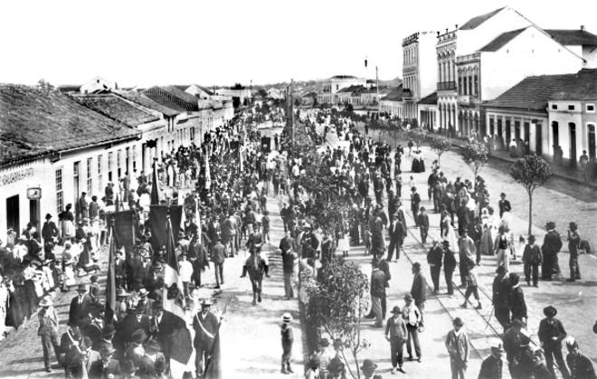 Desfile popular na Avenida Luiz Xavier em homenagem à visita do presidente Afonso Pena a Curitiba, em 1906 | Acervo Cid Destefani