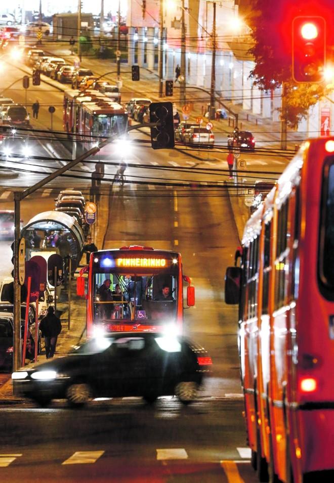 Carros precedem os ônibus no orçamento público   Hugo Harada/ Gazeta do Povo