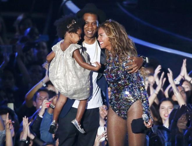 Beyoncé recebeu um prêmio por sua carreira musical das mãos do marido Jay Z e da filha Blue Ivy | Lucy Nicholson/Reuters