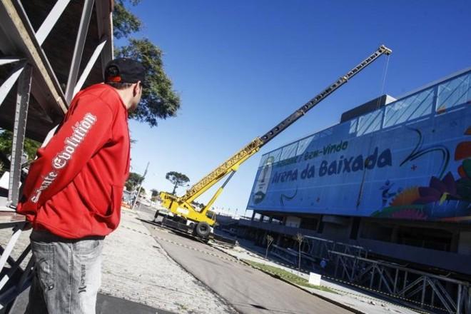 Guindaste que vai instalar o teto retrátil na Arena da Baixada | André Rodrigues / Gazeta do Povo