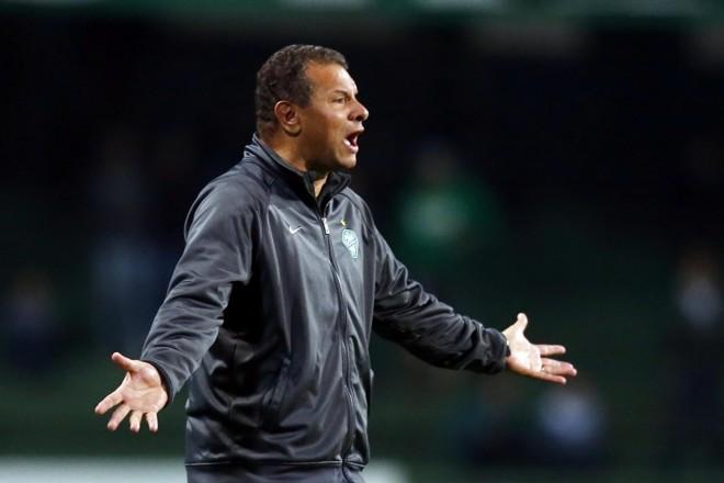 Técnico Celso Roth reclamou muito da arbitragem na derrota para o Palmeiras | Albari Rosa / Gazeta do Povo