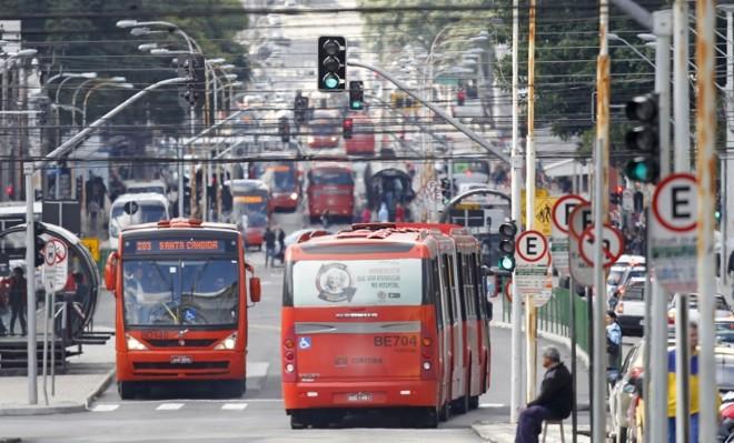 Para trajetos com demanda baixa de passageiros, ônibus ainda são as opções mais baratas | Antônio More / Gazeta do Povo
