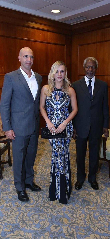 O casal Fabíola e Mariano Lemanski (ele, presidente do Conselho Administrativo do GRPCom) com o ex-secretário-geral da ONU Kofi Annan na recepção privada |