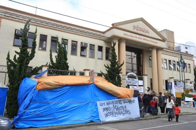 Protestos aconteceram durante a semana, em frente ao Fórum de São José dos Pinhais | Ivonaldo Alexandre/Gazeta do Povo