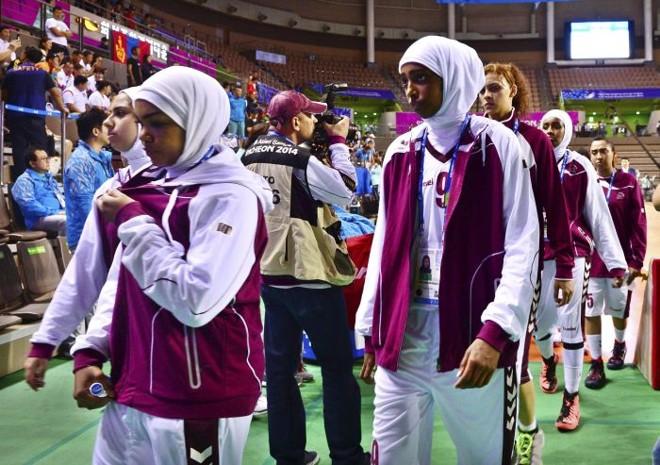 Jogadoras deixam a quadra na Coreia do Sul, onde estão sendo disputados os Jogos Asiáticos, após se negarem a tirar o véu muçulmano   Reuters