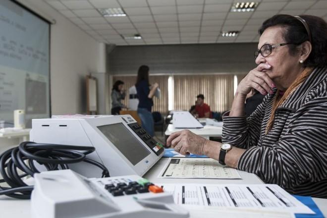 Marival Tavares, 70 anos, já trabalhou como voluntária em seis eleições consecutivas | André Rodrigues/Agência de Notícias Gazeta do Povo