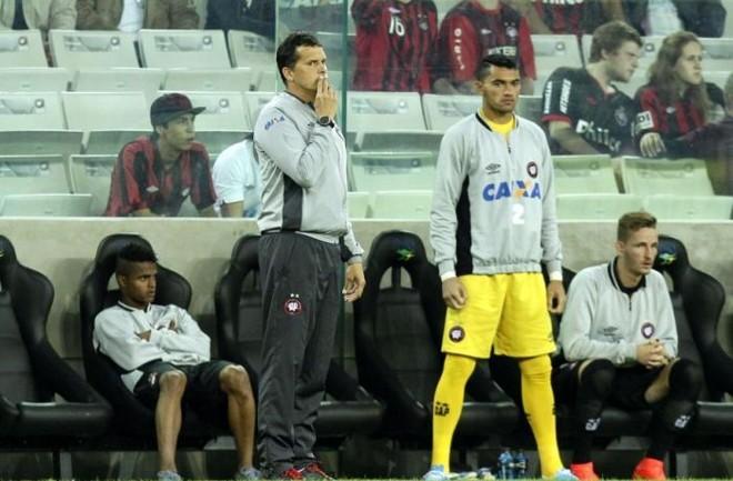 Claudinei Oliveira não ficou nada satisfeito com a terceira derrota seguida do Atlético | Daniel Castellano / Gazeta do Povo