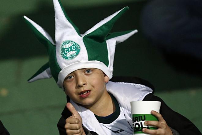 O chapéu da sorte do Coxa não pode faltar para esse torcedor mirim no Couto | Albari Rosa / Gazeta do Povo