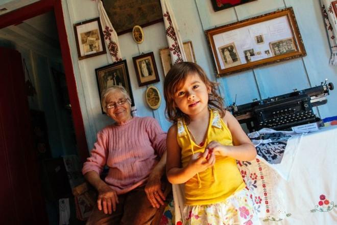Madeleine Zakaluguem Kolecha ensina ucraniano para a neta |