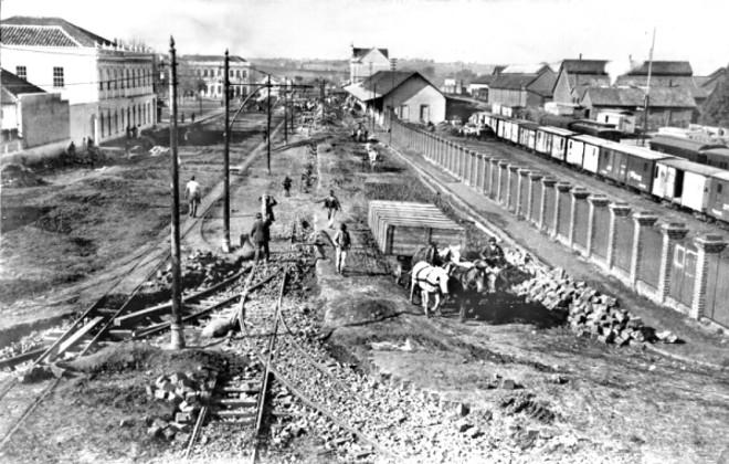 Vista da então Rua Sete de Setembro, na região da Estação da Estrada de Ferro, em agosto de 1912: caminho de lama | Acervo Cid Destefani