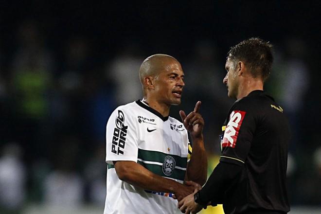 No intervalo, Alex reclama com o árbitro Vinícius Furlan o pênalti marcado para o Cruzeiro contra o Coritiba | Albari Rosa / Gazeta do Povo