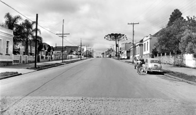 Em dezembro de 1956 temos a imagem da Avenida República Argentina a partir da Avenida Iguaçu. Seu asfaltamento propiciou o maior desenvolvimento e valorização da região. (Nota: As fotos das obras da Av. República Argentina foram feitas por Arthur Wischral) |
