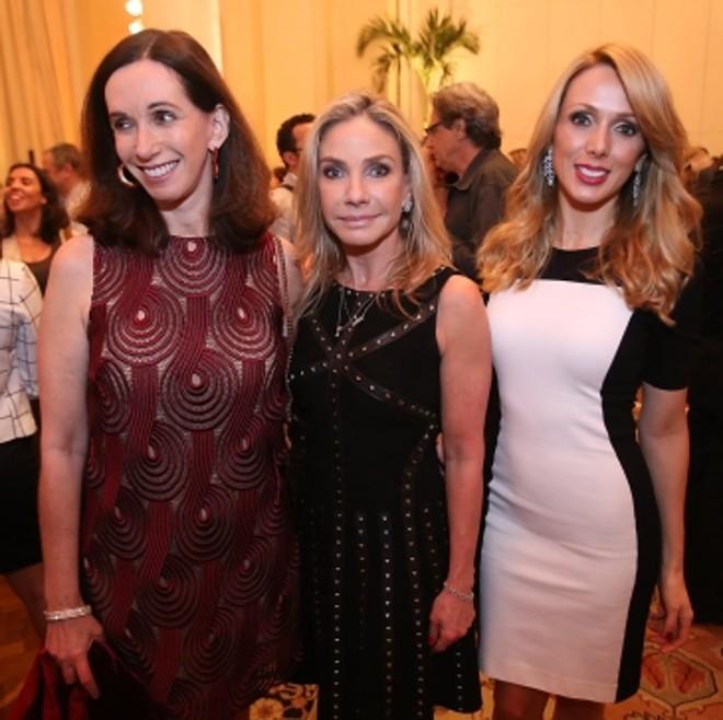 A publicitária Cila Schulman e as empresárias curitibanas Cristiane Canet Mocellin e Fernanda Hey (a partir da esq.) na festa realizada num dos salões do Copacabana Palace |
