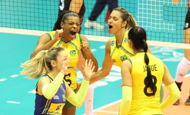 Brasileiras comemoram vitória sobre o Canadá no Mundial de vôlei   EFE