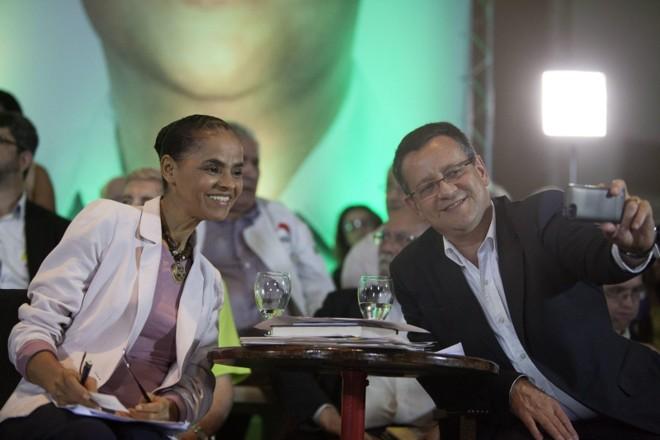Marina com seu vice, Beto Albuquerque, que tira uma selfie dos dois | Sebastião Moreira/Efe