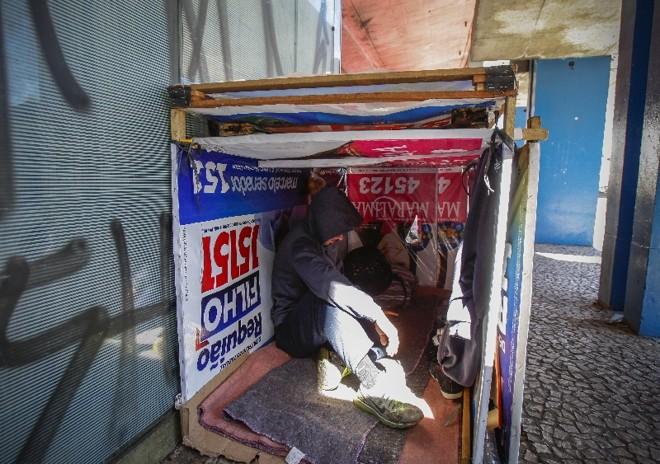 Sem-teto utilizaram cavaletes e banners de candidatos às eleições deste ano para fazer barracos improvisados | Daniel Castellano / Agência de Notícias Gazeta do Povo