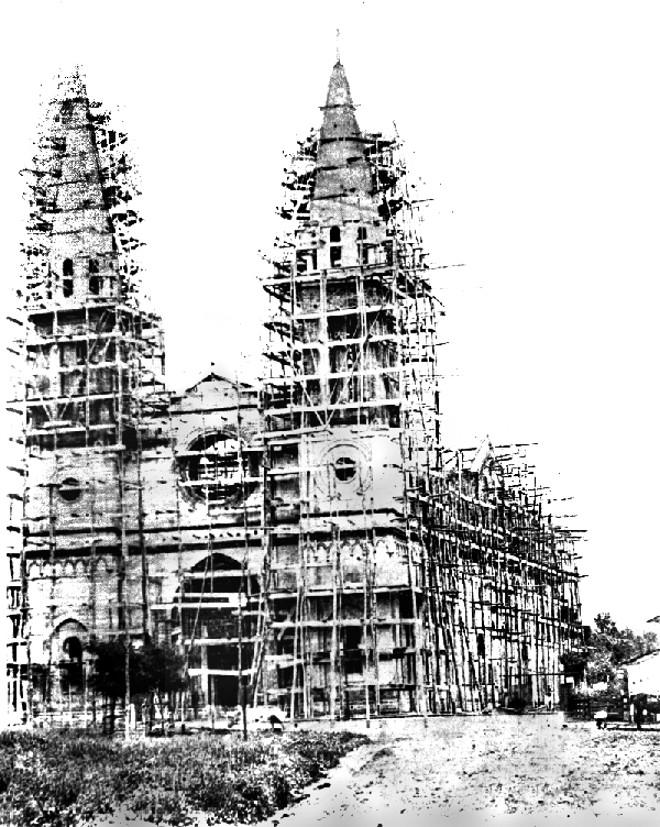 A Catedral de Curitiba em construção, ainda cercada de andaimes, em 1886 | Acervo Cid Destefani