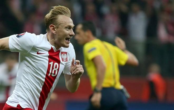 Sebastian Mila celebra gol contra a Alemanha em Varsóvia | EFE/EPA/BARTLOMIEJ ZBOROWSKI