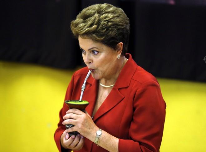 Presidente Dilma toma chimarrão feito pelo mesário na seção onde ela votou, em Porto Alegre  