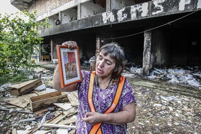 Silvana se instalou no prédio abandonado (nas duas fotos acima), apesar do lixo e dos ratos |