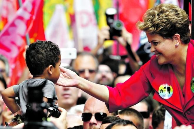 A presidente Dilma Rousseff durante a campanha nas ruas de Porto Alegre  