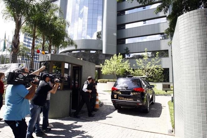 O ex-diretor da Petrobras, Paulo Roberto Costa, chega à sede da Justiça Federal em Curitiba nessa quarta-feira (8) para depor sobre irregularidades na Petrobras | André Rodrigues / Agência de Notícias Gazeta do Povo