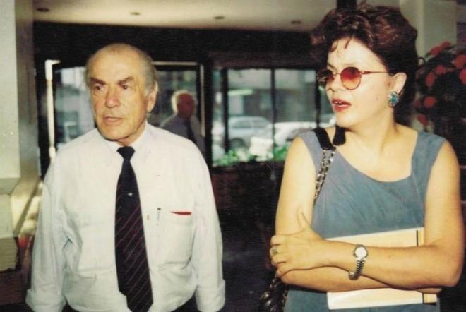 Ao lado de Leonel Brizola. Ela filiou-se ao PDT na redemocratização e foi secretária de Minas e Energia com o governador Alceu Collares no Rio Grande do Sul no início da década de 90  