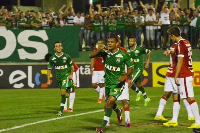 Diones comemora um dos dois gols que marcou na goleada da Chapecoense sobre o Internacional | Junior Matiello / Futurapress