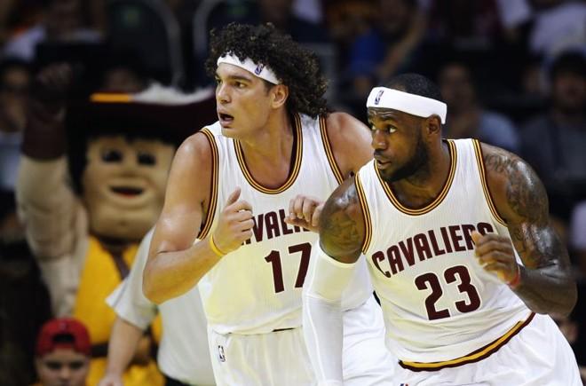 LeBron James (direita) e o brasileiro Anderson Varejão, do Cleveland Cavaliers em partida contra o Miami Heat no HSBC Arena, Rio de Janeiro   REUTERS/Sergio Moraes