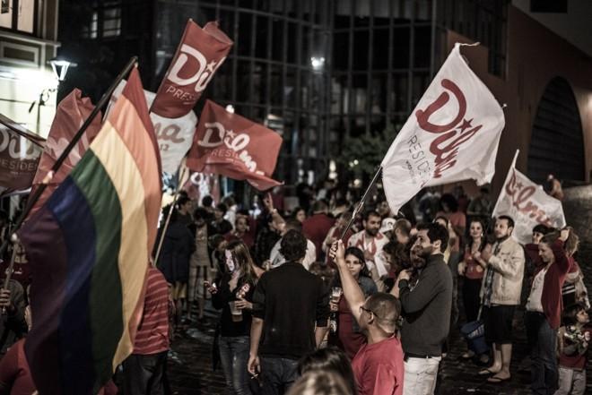 Uma bandeira do movimento LGBT é vista no meio da festa pela reeleição da presidente |