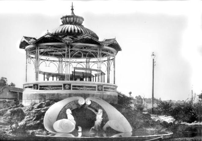 Aos domingos bandas promoviam retretas no Coreto Mourisco no centro do Passeio Público. Foto de 1915 de Annibal Requião |