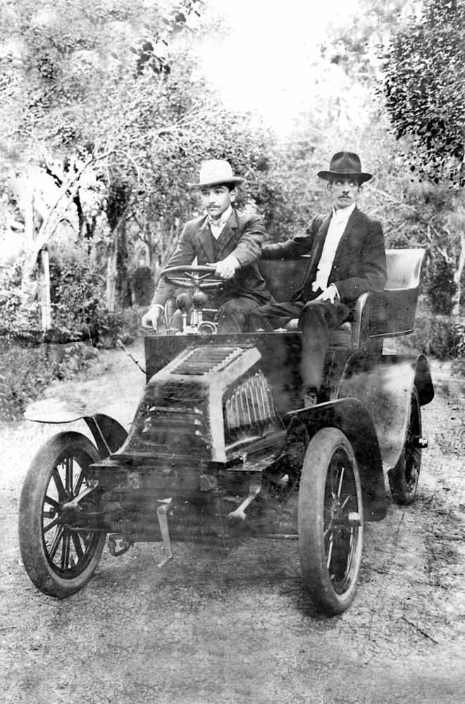 Francisco Fido Fontana e o automóvel que consta ser o primeiro que existiu em Curitiba. O passageiro é o caricaturista Mário de Barros. A foto é de 1903 |
