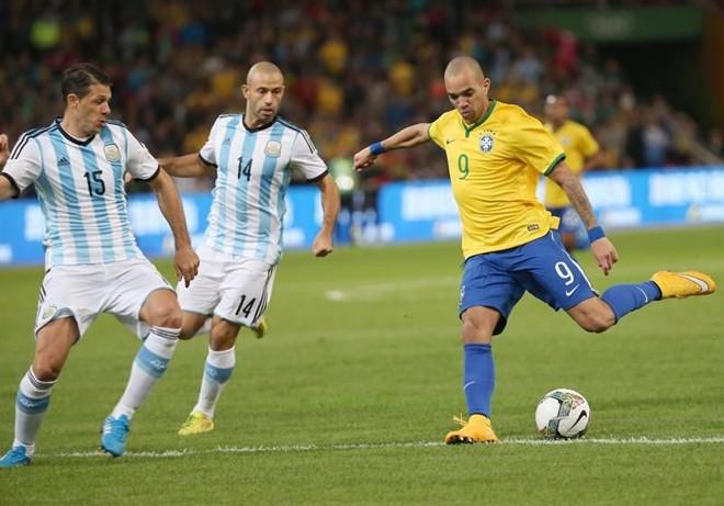 Diego Tardelli foi o destaque da partida | EFE/EPA/HOW HWEE YOUNG