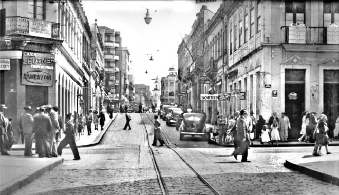 O curitibano curtia o centro da cidade como ponto de encontro, principalmente aos domingos, como nesta foto da esquina da Rua Marechal Floriano com a Quinze de Novembro, em 1948 | Acervo Cid Destefani