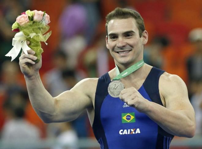 Arthur Zanetti celebra medalha de prata no Mundial de ginástica artística, na China | EFE/EPA/RUNGROJ YONGRIT