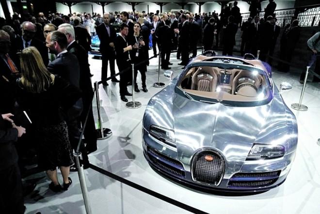 Bugatti Ettore- A montadora finaliza a série 'Les Légendes de Bugatti', formada por seis edições homenageando personagens da história da marca. O último da linha é uma versão do Veyron que custa R$ 7,1 milhões, criada para festejar o seu fundador, Ettore Bugatti. A 'casca' traz fibra de carbono azul e alumínio escovado | Newspress/ Divulgação