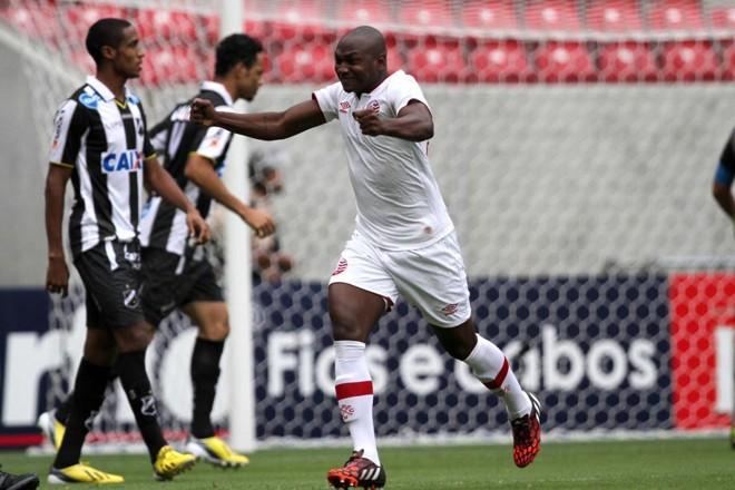Sassá comemora gol contra o ABC   Marlon Costa / Futurapress/Folhapress