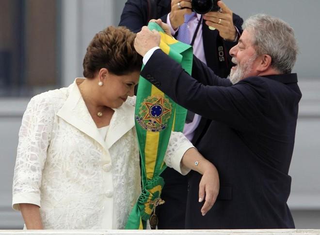 Dilma Rousseff recebe a faixa presidencial em janeiro de 2011 ao ser empossada presidente da República pelo antecessor, Luis Inácio Lula da Silva | Paulo Whitaker/ Reuters
