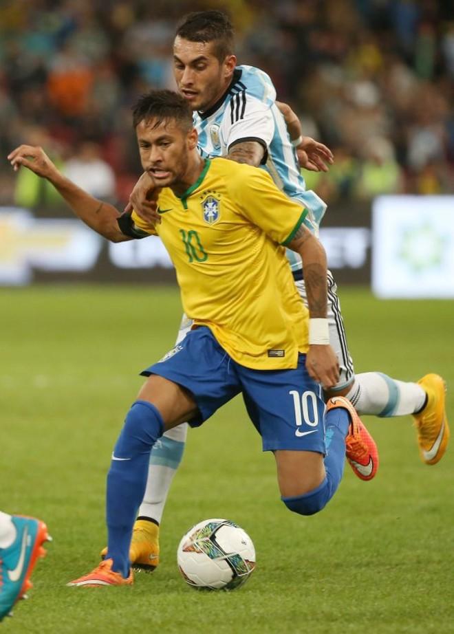Neymar em ação durante jogo amistoso contra a Argentina, em Pequim | EFE/EPA/HOW HWEE YOUNG