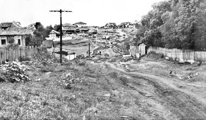 A prefeitura arruma o caminho que é o inicio da atual Avenida República Argentina e canaliza parte do Rio da Agua Verde. Ao fundo temos o espaço da atual Praça do Japão. Foto de 1939 |