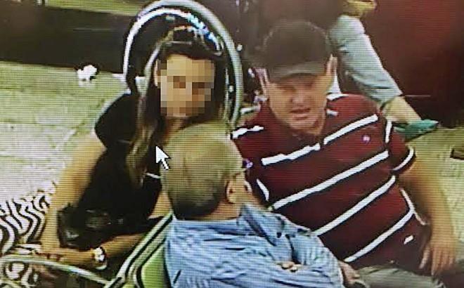 Bibinho (de azul) conversa com Edivaldo Bataglin (outro detido) no aeroporto , antes de ser preso |