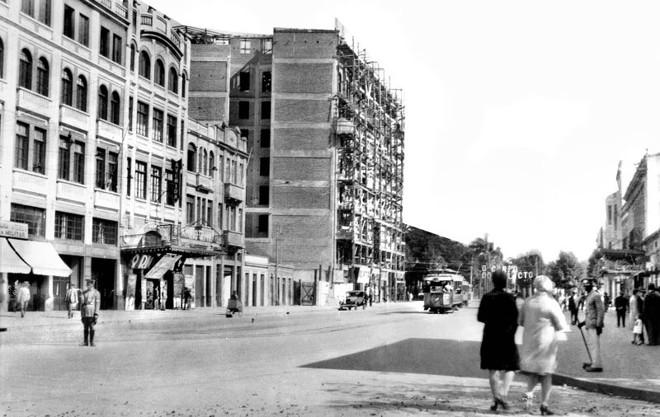 Foto da Avenida Luiz Xavier, tendo ao fundo a imagem do Edifício Garcez em construção, em 1930 |