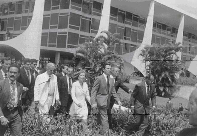 Fernando Collor deixa o Palácio do Planalto em 1992, logo após a Câmara decidir pela abertura do processo de impeachment | Elza Fiuza